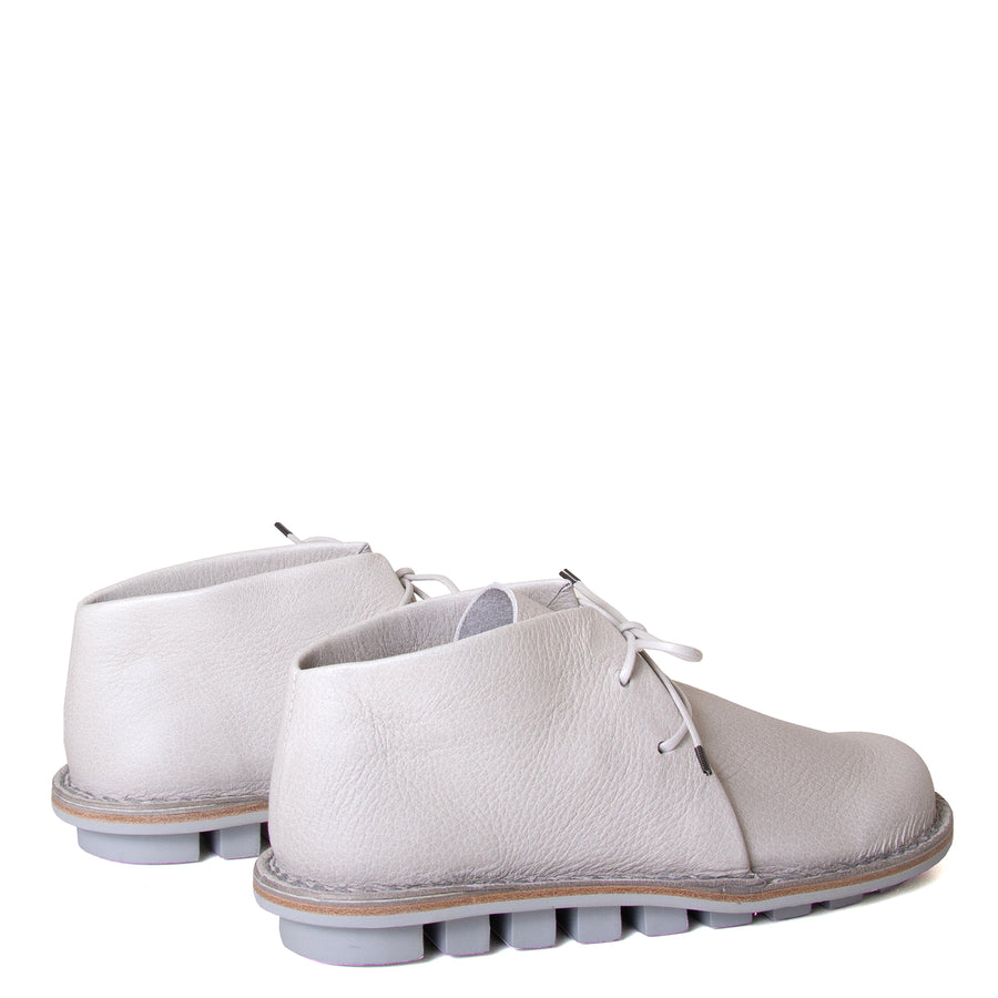 Trippen Again. Women's laced shoes in Off-white, Perla leather upper, flexible rubber sole, anatomical footbed for comfort. Made in Germany. Back view, pair.
