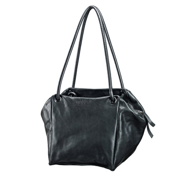 Trippen Alea. Women's handbag in Black leather with long straps. Wrap the straps around your arms and instantly turn your handbag into a square backpack. Made in Germany, Front view.