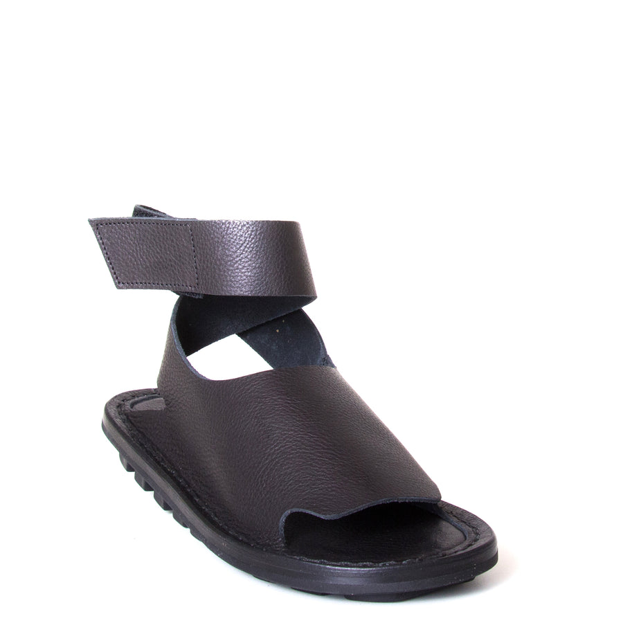 Trippen Hug. Women's sandal in Black leather, rubber sole, ankle strap with velcro for a secure fit. Made in Germany. Front view.