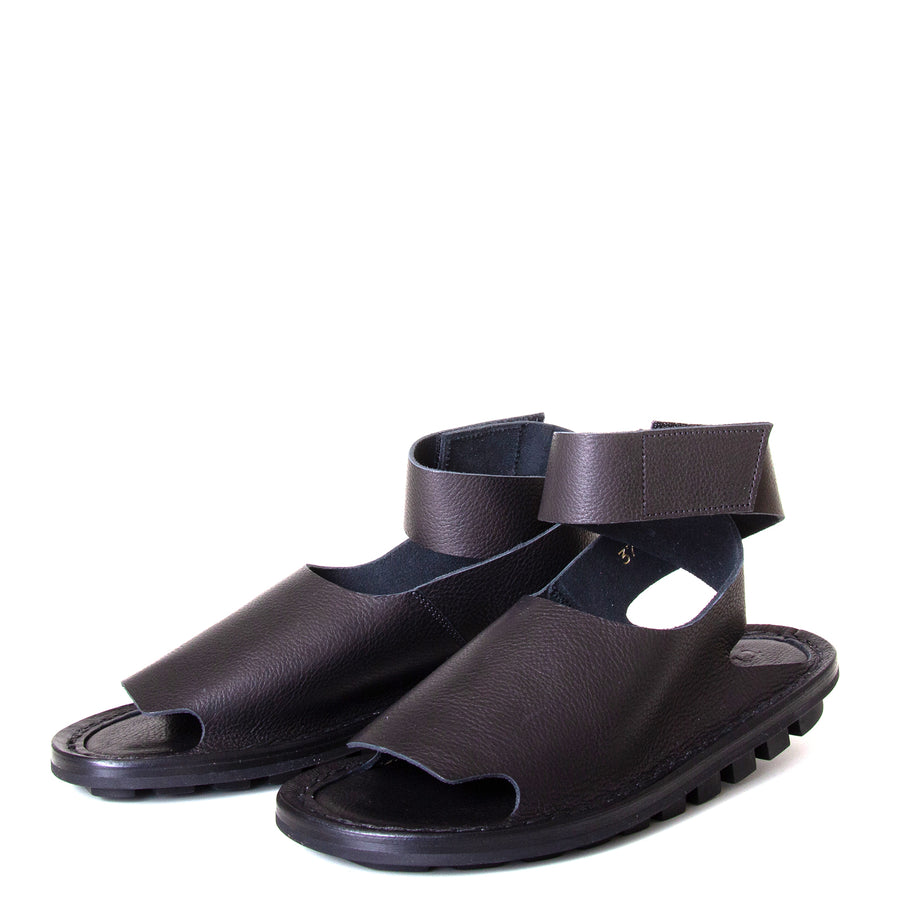Trippen Hug. Women's sandal in Black leather, rubber sole, ankle strap with velcro for a secure fit. Made in Germany. Front view, pair.