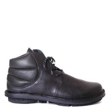 Trippen Idler. Men's Black leather Chukka boot, laced, comfortable rubber sole. 1-inch rubber heel. Side View.