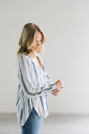 Load image into Gallery viewer, Bella Dahl Button Down Shirt in White/Navy