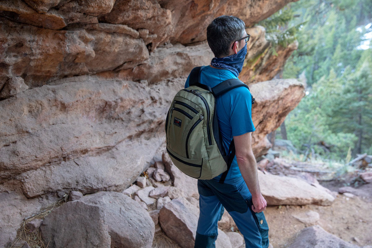 Person wearing the Synapse 25 in Taiga 400d while on a day hike.