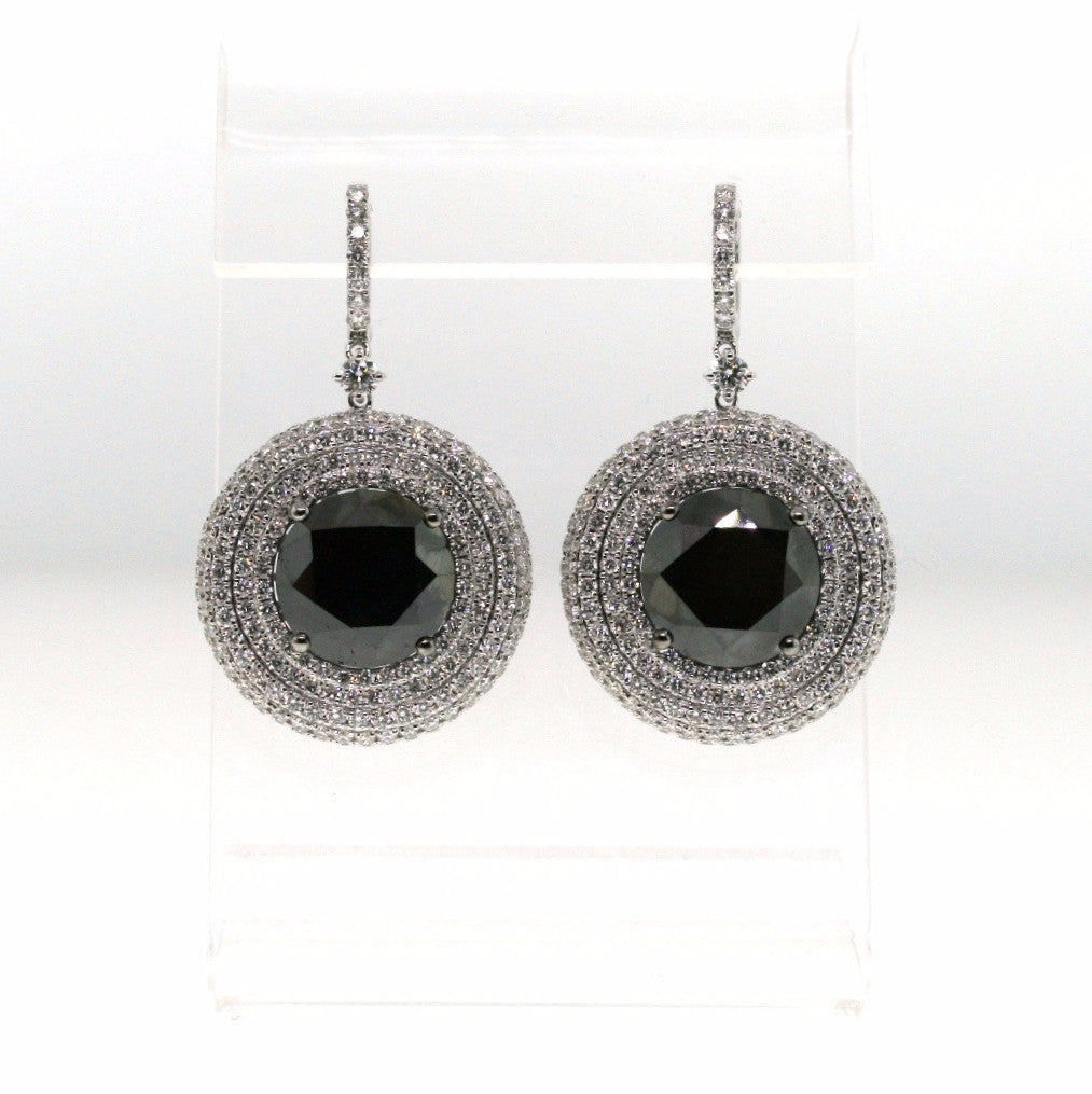 2 Black = 22.74cts 500 Round Brilliant = 7.82cts 19.01gr 18K White Gold Earrings ER2108