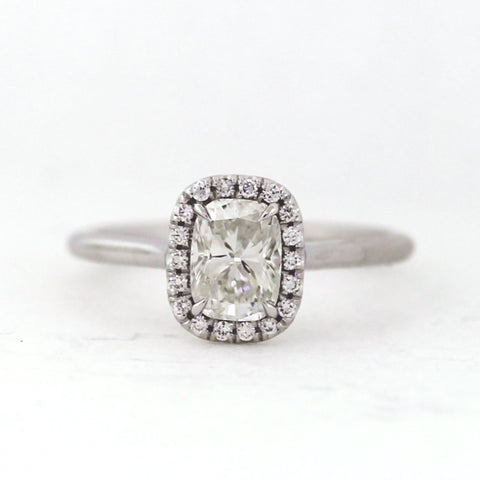 1 Cushion Cut Diamond =1.01ct 18 Brilliant Diamonds =0.10ct 3.5gr 18K White Gold Ring LR3943