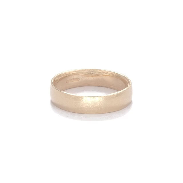 image-https://cdn.shopify.com/s/files/1/1090/1794/files/Chupi_Solid_Gold_Hawthorn_Wedding_Band.mp4?2830