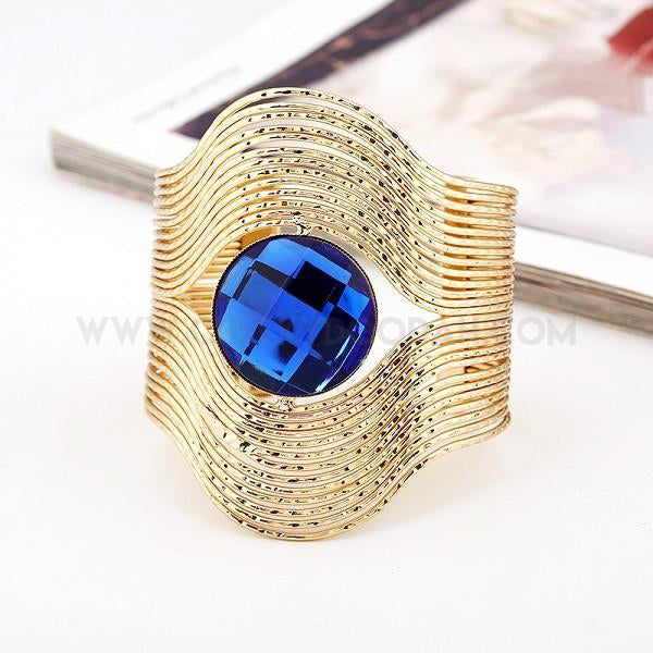 Vintage cuff with blue gem stone in gold