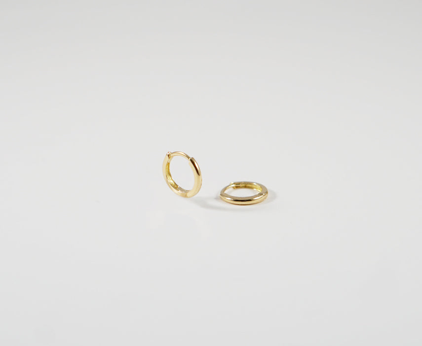 HOOP HUGGIE EARRINGS 10 MM - MAKKO