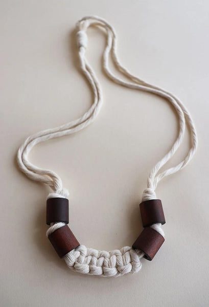 Free macrame pattern and tutorial : Lucky U Necklace