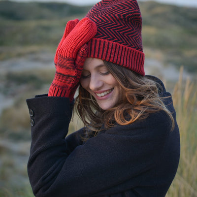 Reshaped mittens - Red & Black