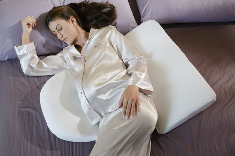 Using a pregnancy pillow