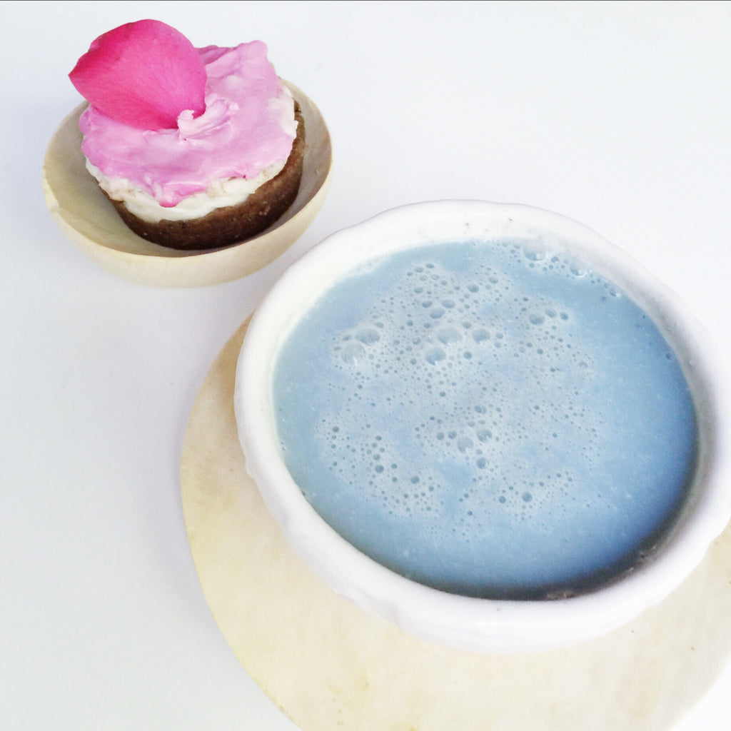BLUE ADAPTOGEN AU LAIT & GINGER ROSE CAKES//