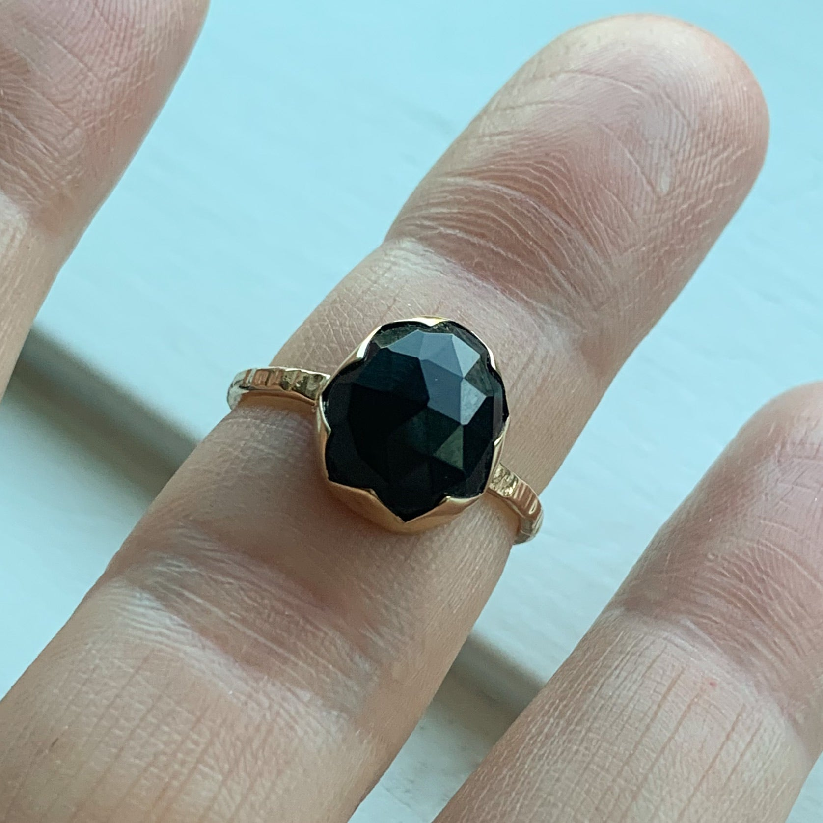 Black Onyx serrated ring  - gold - size 7