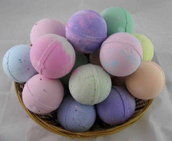 How to Make 21 Essential Oil Lush Bath Bombs