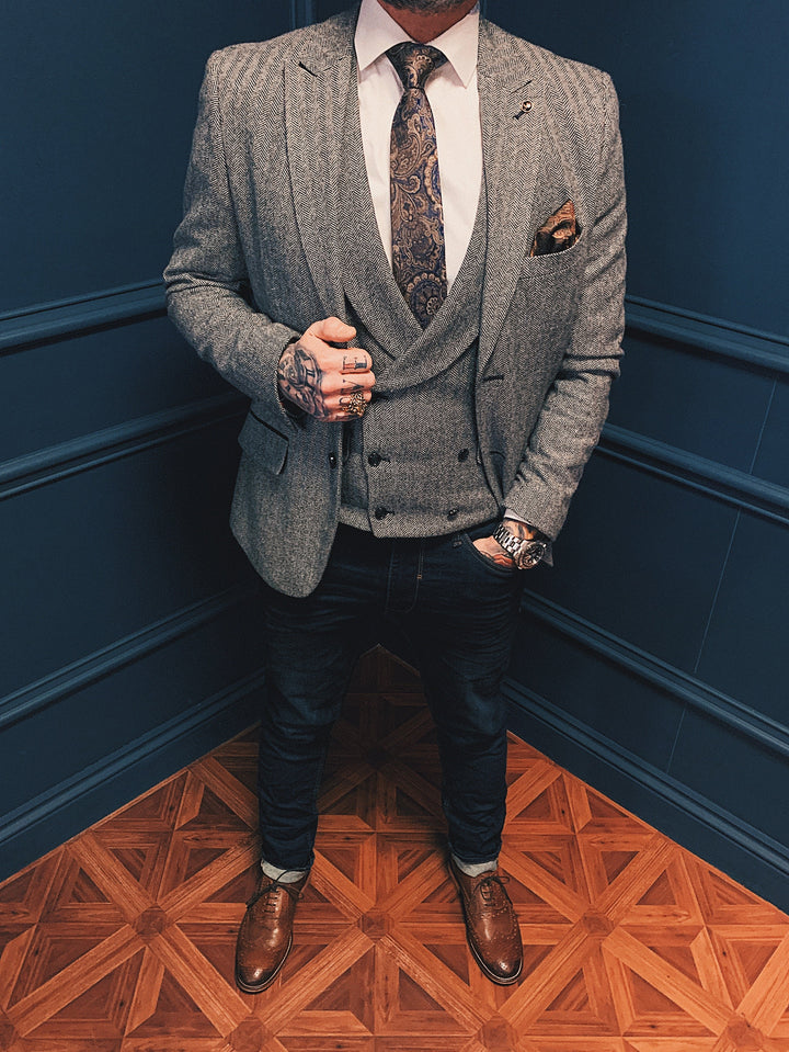 Bruce Smart Casual Look master-debonair-bruce-grey-herringbone-tweed-blazer / master-debonair-bruce-grey-herringbone-tweed-waistcoat / blend-dark-wash-jeans