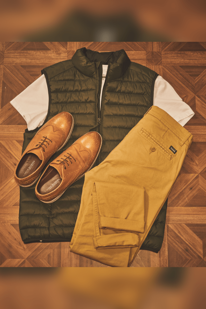 Casual Blend Outfit blend-dark-green-gilet / blend-white-t-shirt / blend-sand-brown-chinos