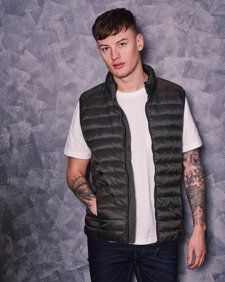 Casual Gilet Outfit blend-dark-green-gilet / farah-off-white-pocket-t-shirt / blend-dark-wash-jeans
