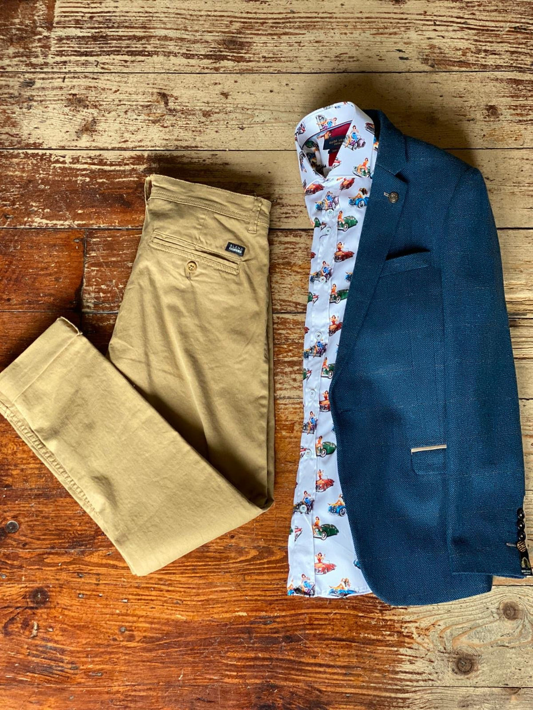 Dion and Chino Look marc-darcy-dion-tweed-herringbone-blazer-with-paisley-lining-blue / claudio-lugli-ladies-and-gentlemen-shirt / blend-sand-brown-chinos