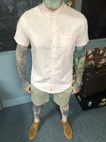 Summer Day Casual look blend-sky-pink-cotton-grandad-short-sleeved-shirt / casual-friday-beige-chino-shorts / cavani-sahara-tobacco-suede-desert-boots