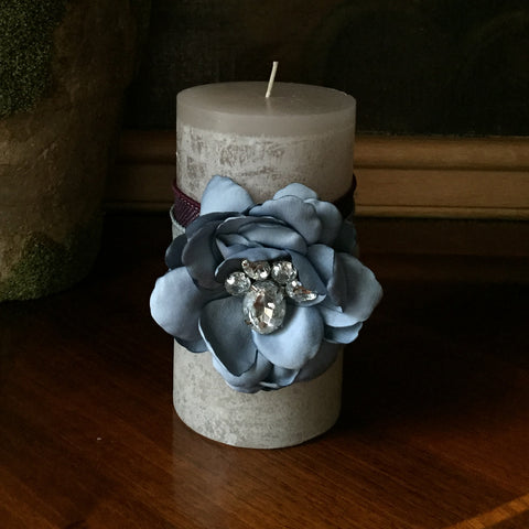 "SK COLLECTION - Candle ""Burlap & Silk Flowers"" - Blue on Lt. Brown Pillar Wax Candle"