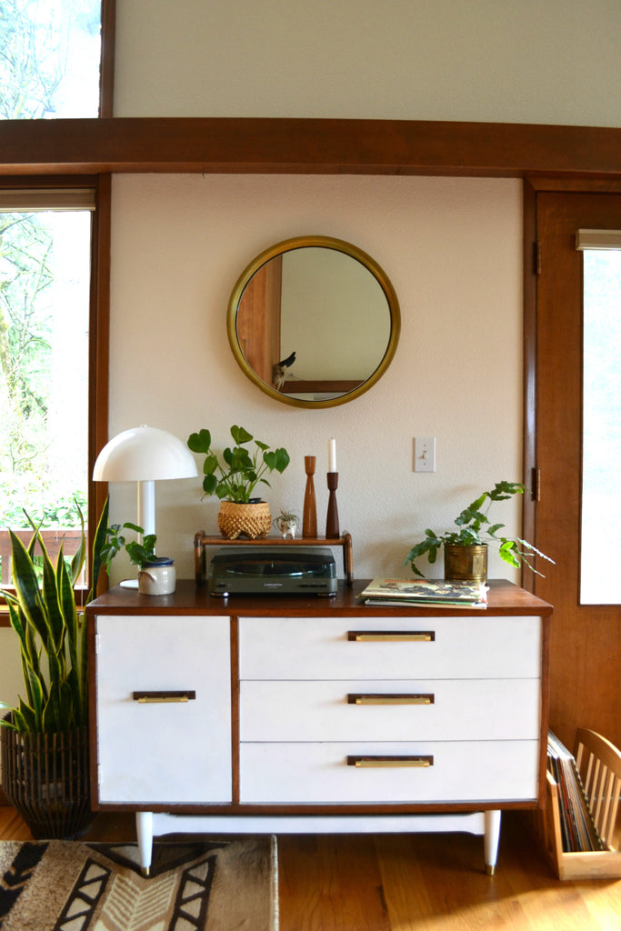 Washington Home Tour with Summer Wick. Midcentury modern furniture, house plants, dining room, hanging lamp