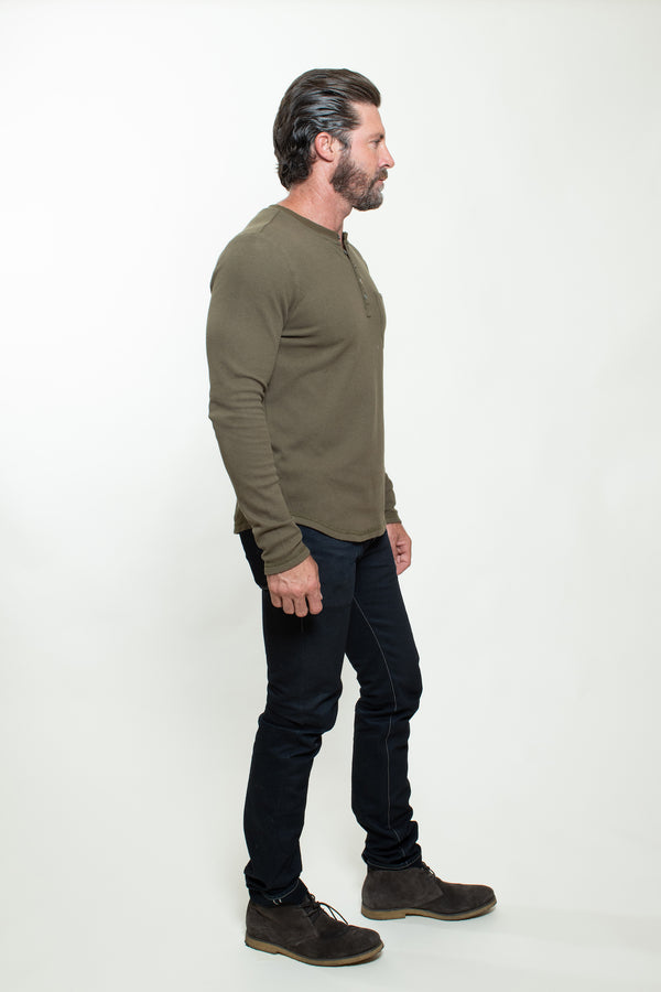 KNITTED HENLEY T-SHIRT IN MILITARY GREEN