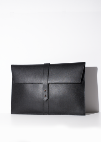 This black laptop case is made out of genuine Italian leather. Perfect for fitting your laptop.