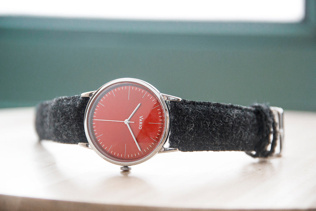 Vario Eclipse Red Dial Uhr mit Harris Tweed Armband