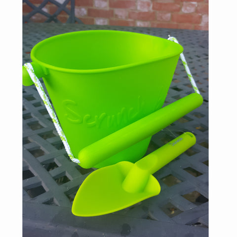 Scrunch spade next to scrunch bucket in green