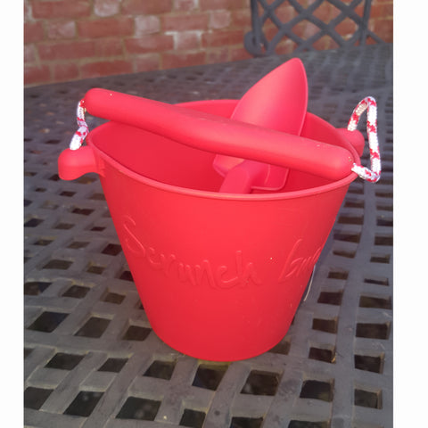 Scrunch red spade with red scrunch bucket
