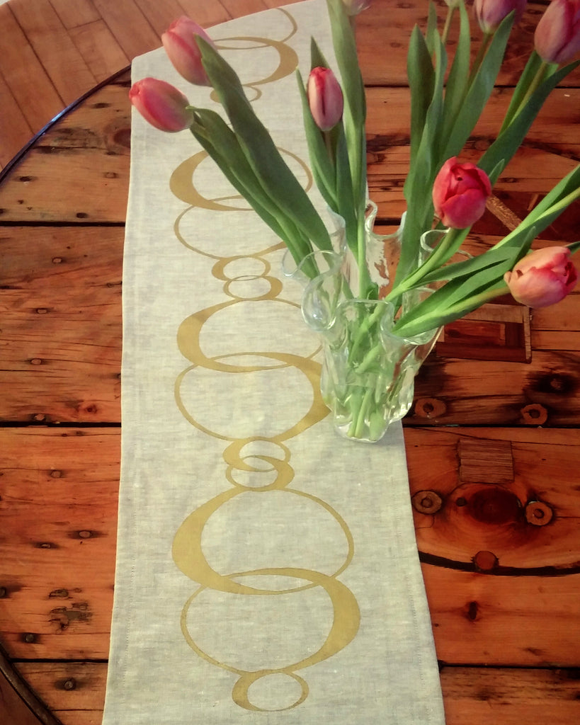 Table runner with gold 80's design