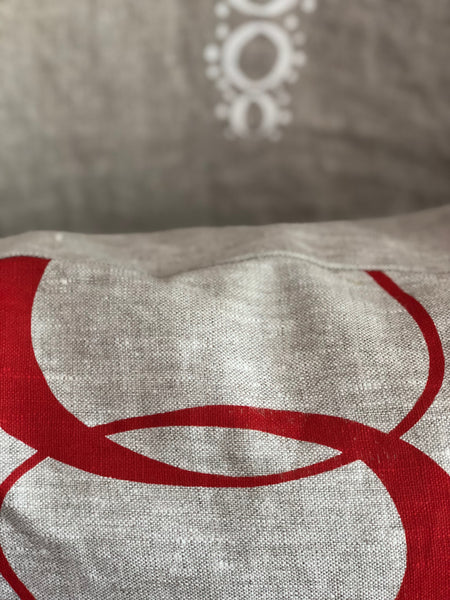 Linen pillow with red 80's design