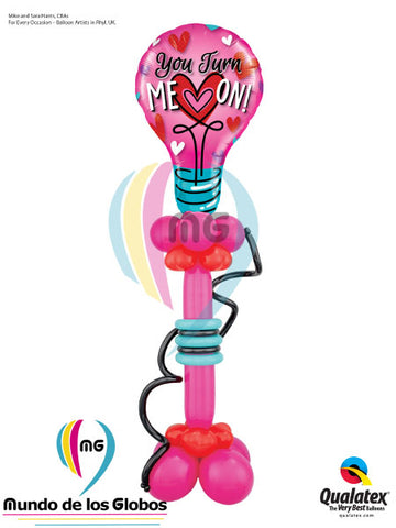 "Bombillo gigante ""You turn me on"" con globos latex de columna base"