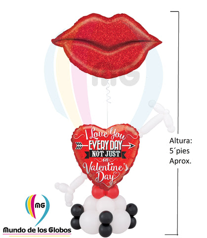 "Pedestal con Beso Gigante de 36"" pulgs. Metálico acompañado de base de corazón ""I Love You Every Day Not Just on Valentine´s Day de 18"" atravesado con flecha de cupido látex con base de globos látex."