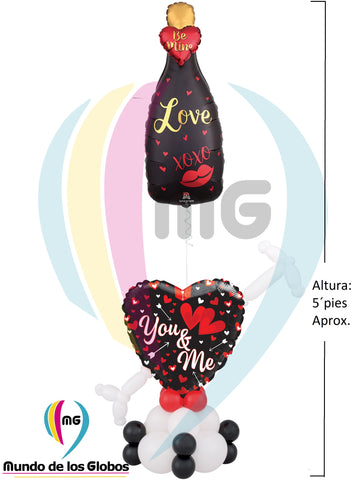 "Pedestal con Botella ""BE MINE XOXO"" 36"" pulgs. Metálico acompañado de base de corazón ""I Love You Every Day Not Just on Valentine´s Day de 18"" atravesado con flecha de cupido látex con base de globos látex."