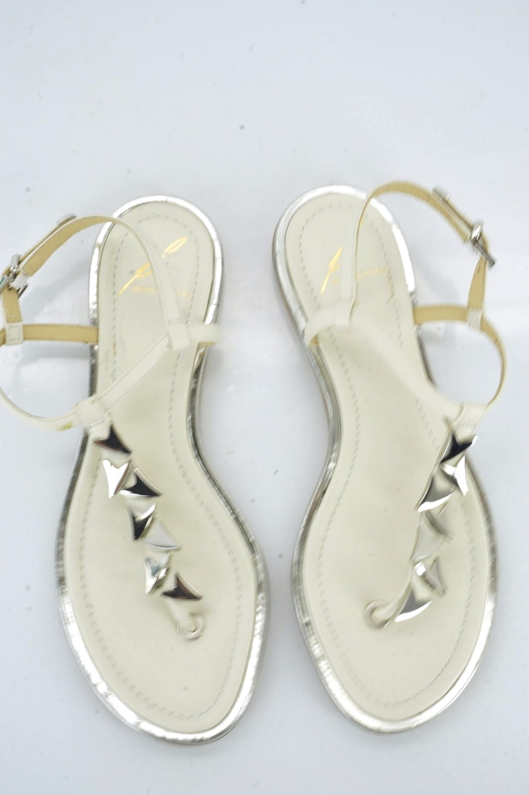 B. Brian Atwood Leather Crickett Silver Arrowhead T Strappy Sandal Size 6.5 Flat