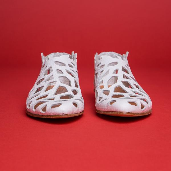 Closed cut out sandals in WHITE. 452