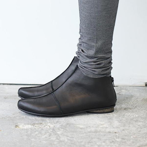 Black leather cross boots. 4601