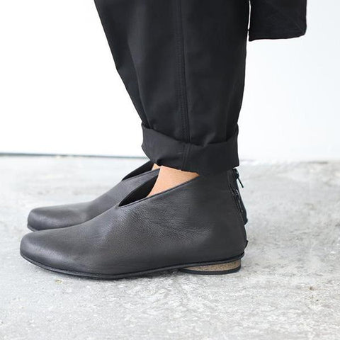 Black pointy shoes. 479