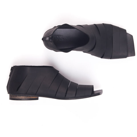 Flat slits sandal in Black. 482