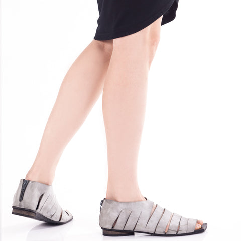 Flat slits sandal in Gray. 482