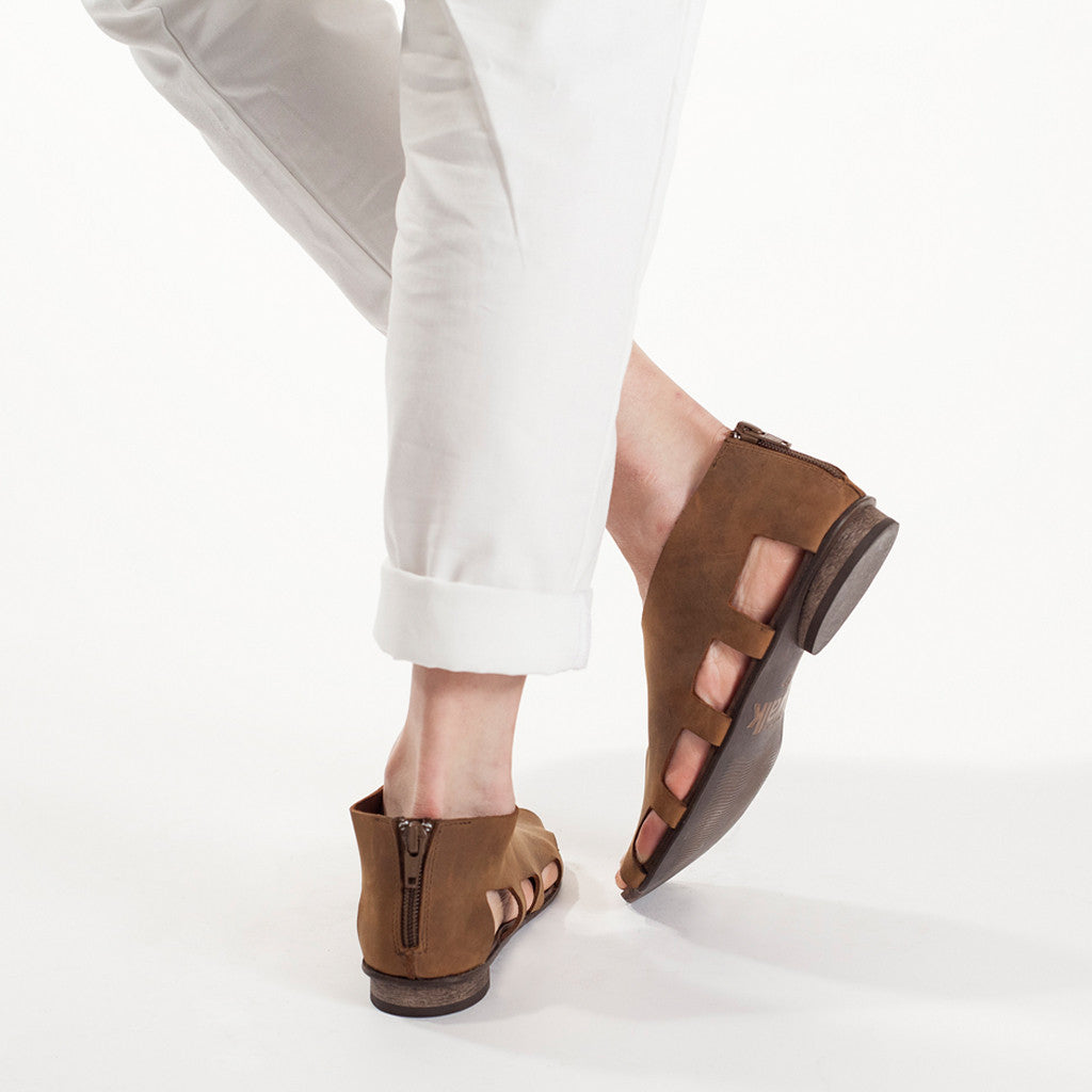 Flats with cut out sides in Brown. 444