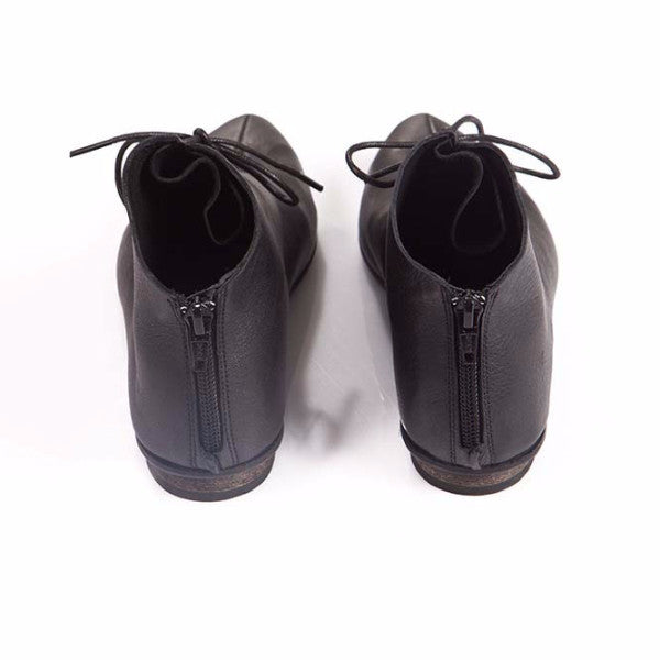Black Laced pointed shoes. 476