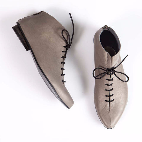 Gray Laced pointed shoes. 476