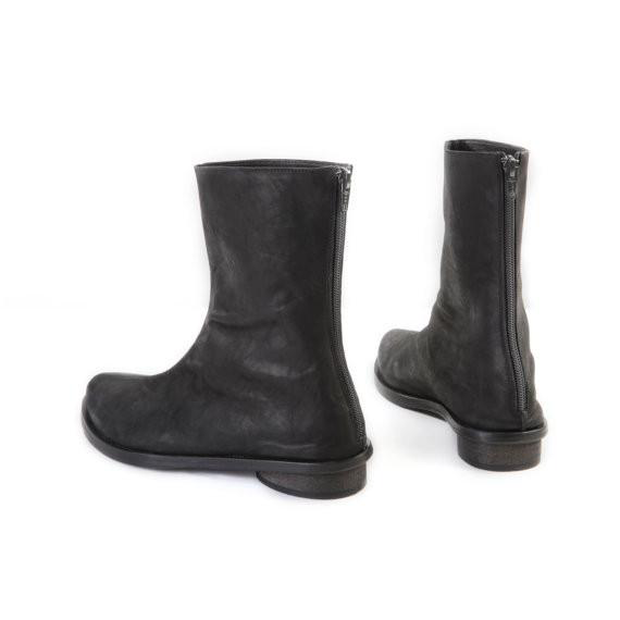Black leather boots. 4633