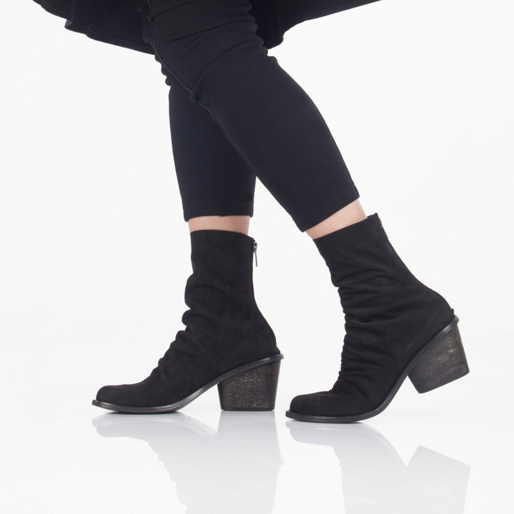 Mid calf pleated boots. 756