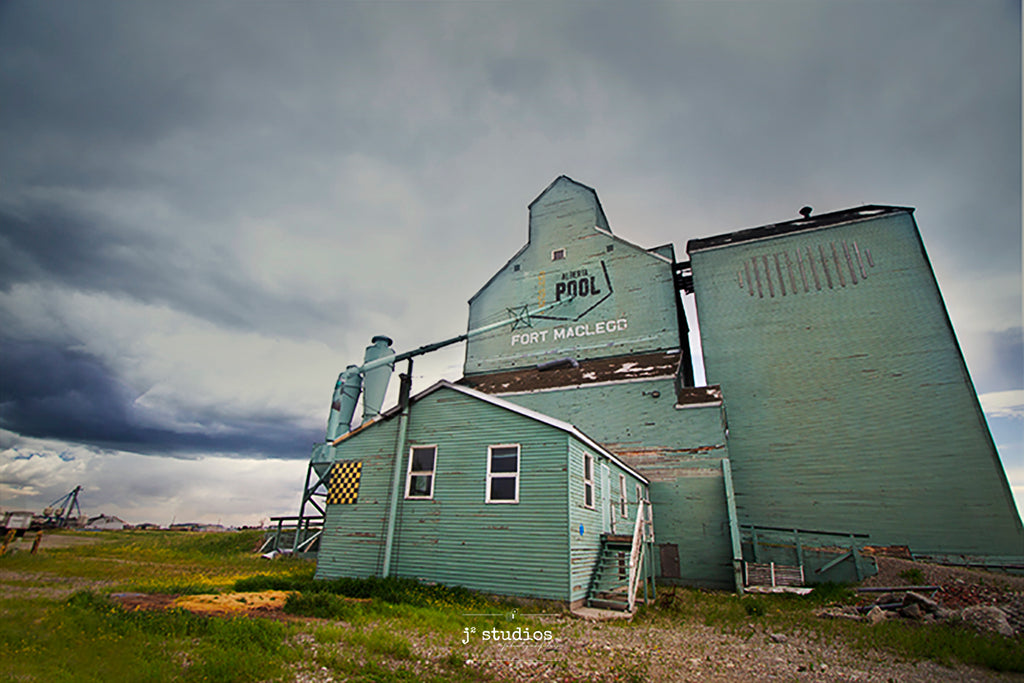 Picture of the wooden Alberta Wheat Pool elevator in Fort Macleod, Canada. Photography of Canadian Prairies by Larry Jang.