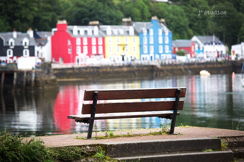 Image of a park bench on the Tobermory harbour. Pictures of Scotland, isle of Mull.