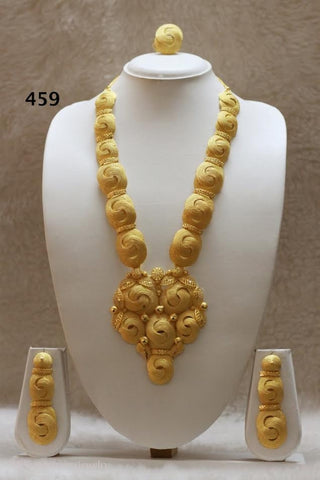 THREE PIECE 18K GOLD PLATED NECKLACE SET.