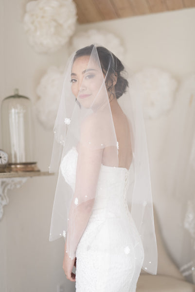 AUXO - Short One Tiered Round Veil with Scattered Floral Detail